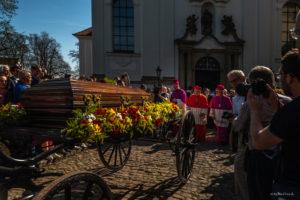 Procesí s ostatky kardinála Josefa Berana ze strahovské baziliky na Hradčanské náměstí